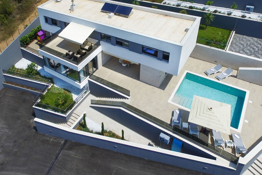 Located in quiet environment with 5 bedrooms and heated pool, 50m from beach