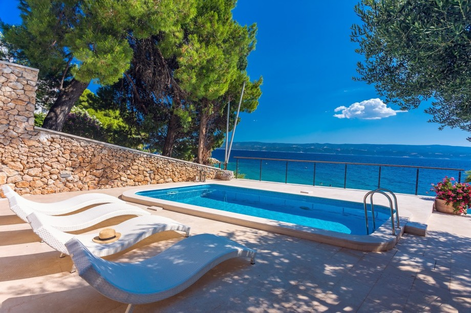 New! Beachfront Villa Casa Ahoi with 2 bedrooms, heated pool, amazing sea views