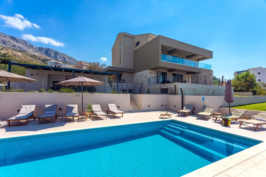 Villa Diva with 7 bedrooms, heated pool, sauna and fun zone, sea views