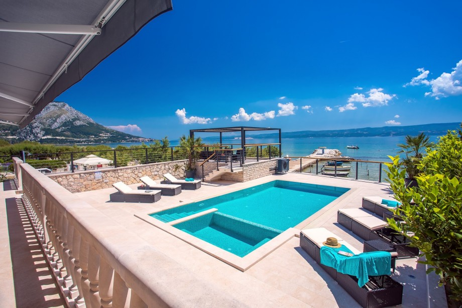 Beachfront Villa with 32sqm private, heated pool, 4 bedrooms, sea view