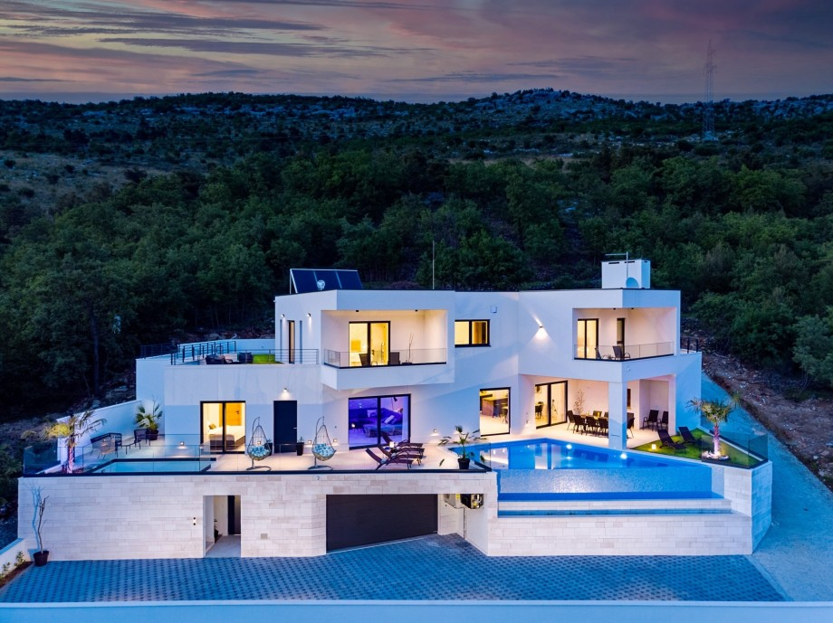 NEW! Villa Top Hill with heated swimming pool, 5 en-suite bedrooms, a Media room