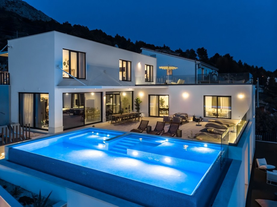 NEW! Luxurious villa APEX, 6-bedroom villa with heated infinity pool, attached whirlpool, panoramic sea views, 12 pax